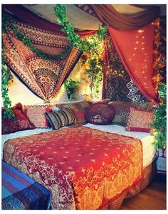 Hippie Bedroom Decor, Indie Room Decor, Aesthetic Room Decor, Hippie Bedrooms, Gypsy Bedroom, Aesthetic Indie, Aesthetic Vintage, Bedroom With Tapestry, Hippie Apartment Decor