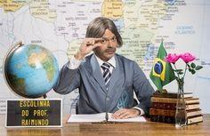 Bruno Mazzeo imita o famoso gesto de professor Raimundo, interpretado por seu pai Chico Anysio