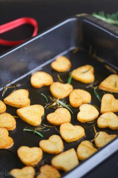 Heart-shaped herb roasted potatoes that are perfect for Valentine's Day dinner! With Valentine's Day soon approaching, love is in the air, and all I can Valentines Day Dinner, Valentines Food, Valentine Ideas, Holiday Recipes, Dinner Recipes, Kids Meals, Valentine's Day Meals, Cute Food, Roasted Potatoes