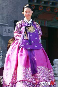 Traditional hanbok for women, korea korean traditional cloth Korean Hanbok, Korean Dress, Korean Outfits, Korean Traditional, Traditional Fashion, Traditional Dresses, Kim So Eun, Beautiful Costumes, Cute Korean