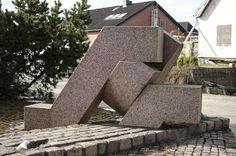 """#Hohenwestedt Drei verschachtelte, geometrisch gestaltete Formen, bilden zusammen die Skulptur """"Wege"""". Auf einem winkelförmigen Element lagert ein Kreissegment, welches von einem zweifach gewinkelten dritten Ele..."""