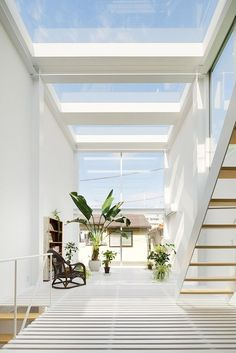 House in Kawasaki par Taichi Mitsuya & Associates - Journal du Design Exterior Design, Interior And Exterior, Tiny House, Architecture Design, House Extensions, Minimalist Interior, Glass House, Beautiful Interiors, My Dream Home