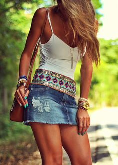 Look com body e saia jeans