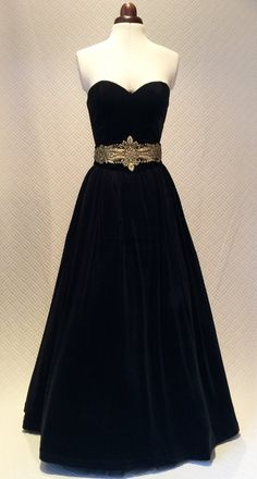 Beautiful vintage style black strapless dress in velvet, a stunning dress that will make you look and feel like a real princess.  The dress has a