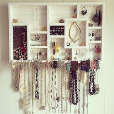 Veja só quantas possibilidades de organização existem a partir de pequenos ganchos. Nesta peça de madeira, eles seguram brincos, colares e anéis. Inspiração fácil de copiar em casa. Foto: Pinterest