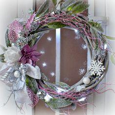 Věnec+Pink+třpytivý+s+LED+osvětlením+Vánoční+věnec+z+vrbového+proutí+na+dveře+nebo+do+interiéru+v+moderním+stylu,+ozdobený+zasněženými+větvičkami,+růžovým+třpytivým+květem+a+lístečky+.+Vzhledem+k+použitému+materiálu+vám+tento+věnec+vydrží+na+několik+sezón.+je+opatřen+LED+světýlky+na+3+AA+baterie+Výhodou+tohoto+věnce+je+možnost+využití+po+více...