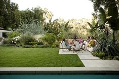 Backyard - manicured lawn & mid-century modern patio - free from flower bed w/ tropical plants - tone on tone greenery - white flowers - Judy Kameon - Elysian Landscapes Back Gardens, Small Gardens, Outdoor Gardens, Outdoor Patio Designs, Outdoor Decor, Modern Patio, Outdoor Furniture, Minimalist Garden, Garden Landscape Design