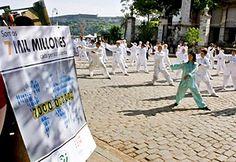 Niños practicantes de artes marciales frente a un carácter que anuncia el próximo advenimiento de los siete mil millones de habitantes en el mundo