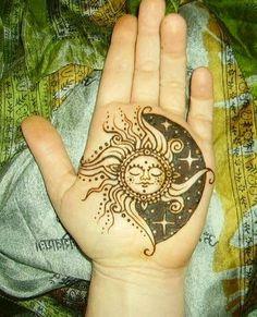 Joli soleil et lune tatoué à l'intérieur de la main https://tattoo.egrafla.fr/2015/10/05/modele-tatouage-femme-soleil/