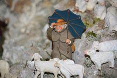 Ce magnifique berger a bravé le froid, le vent, la neige pour descendre son troupeau vers la bergerie. (santon Isoline Fontanille)