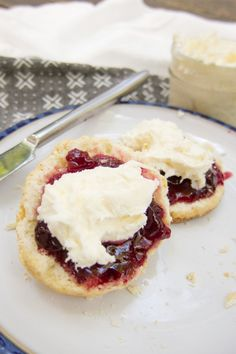 If you can pour cream in a dish you can make delicious clotted cream. No more spending a fortune at World Market. It's easy to make and so good on scones! New Year's Desserts, Christmas Desserts Easy, Cute Desserts, Dessert Recipes, Winter Desserts, Holiday Foods, Simple Christmas, Dessert Ideas, Snack Recipes