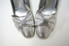 CARLTON ORIGINALS . big silver bow . leather pumps . size 8A by june22 on Etsy