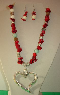 Piedra natural, jade ,coral y zamac Coral, Handmade Jewelry Designs, Beaded Necklaces, Jewelry Ideas, Diys, Beading, Fantasy, Album, Jewellery