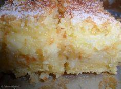 Receita de Bolo de Fubá Cremoso - 3 xícaras de leite, 1/2 xícara de leite de coco, 3 ovos, 3 colheres (sopa) de manteiga sem sal amolecida, 2 xícaras de fubá, 2 xícaras de açúcar, 4 colheres (sopa) de farinha de trigo, 1 colher (café) de essência de baunilha, 1 pacote de queijo ralado (50 g)