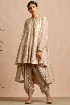 Buy Embroidered Kurta Set by Sue Mue at Aza Fashions - Tenues de Mariée Simple Pakistani Dresses, Pakistani Dress Design, Pakistani Outfits, Indian Outfits, Indian Lehenga, Lehenga Choli, Anarkali, Gharara Designs, Desi Wedding Dresses