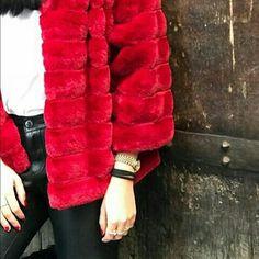 Pelliccia modello giubbotto con cappuccio di colore rosso € 69,00. Disponibile in negozio anche in altri colori .. Borgo la Croce 18/r Firenze Tel 055683310 WhatsApp 3397232187
