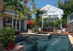 มีสระน้ำสวย ๆ อยู่ด้านหลังบ้านของแบบบ้านสองชั้นหลังนี้อีกด้วย