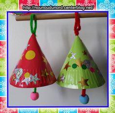 Cloches denoël réalisées avec des assiettes en carton par Charlie 2 ans et Arthur 22 mois, elles iront garnir leur beau sapin.    Prendre des assiettes en carton de couleur rouge et vert ou les ...