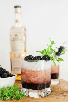 Blackberry Bourbon Smash Cocktail Drink recipe, waiting for Martha - Cocktail - Cocktails Party Drinks, Cocktail Drinks, Bourbon Drinks, Cocktail Desserts, Cocktail Ideas, Summer Bourbon Cocktails, Simple Cocktail Recipes, Layered Cocktails, Winter Cocktails