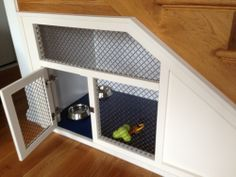 built in dog crate - dog kennel diy Under Stairs Dog House, Diy Dog Kennel, Dog Kennels, Chinchillas, Dog Spaces, Dog Area, Niches, Animal Room, Dog Rooms