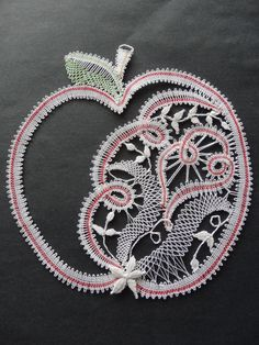 Paličkované jablíčko Irish Crochet, Diy Crochet, Bobbin Lacemaking, Bobbin Lace Patterns, Creative Embroidery, Lace Heart, Point Lace, Lace Jewelry, Needle Lace