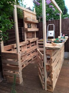 Old Pallets Outrageous Pallet Bar Out of 12 Reclaimed Pallets DIY Pallet Bars - 12 Pallets, a few screws, some exterior grade ply, and my imagination. Green Woodworking, Japanese Woodworking, Unique Woodworking, Woodworking Projects That Sell, Router Woodworking, Popular Woodworking, 1001 Pallets, Recycled Pallets, Wood Pallets
