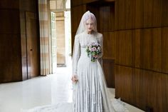 Vestito da sposa in chiffon grigio pallido di Gareth Pugh e velo di Stephen Jones, 2011. Courtesy of Katie Shillingford. Photo © Amy Gwatkin