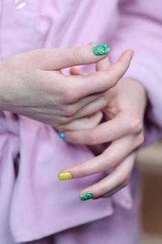 Neonfarbene Nägel mit Glitzer bei Ashish #SS16 I © James Cochrane
