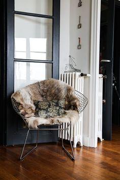 Huisseries noires The Socialite Family | Le fauteuil Bertoia d'Amélie Colombet.