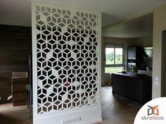 Séparation de pièce sous forme de claustra aux motifs géométriques