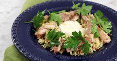 Kycklinglårfilé som ugnsrostas tillsammans med mycket vitlök. Den rostade vitlöken används sedan i en kall crème fraiche-sås. Servera med mustig couscous, persilja och rostade mandlar.