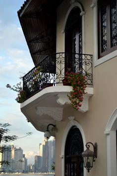 Casco Viejo, Panama City, Panama, al fondo la moderna ciudad de Panama.