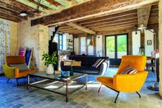 3-como-usar-o-estilo-retrô-na-decoração ~xix century lights with 50s velvet chairs