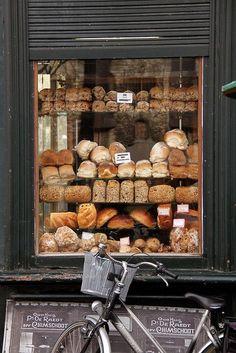 pães na janela, bicicleta decorativa
