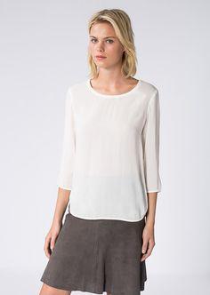 Schlicht und entspannt ist die angenehm softe Bluse mit Rundhalsausschnitt und Dreiviertel-Arm. Details wie die vorverlegte Seitennaht mit dem abgerundetem Saum sowie die schmalen, elastischen Jerseybündchen am Ärmelsaum unterstreichen den Casual Look. Aus 62% Viskose und 38% Modal....