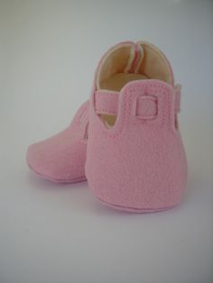 Felt Shoes – Little shoes. Baby m. Light pink wool felt – a unique product by Jocaina on DaWanda Girl Doll Clothes, Girl Dolls, Diy Clothes, Baby Dolls, Doll Shoe Patterns, Baby Shoes Pattern, Felt Shoes, Kid Shoes, Baby Sewing Projects