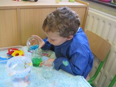 Zelluff kleurenwater maken. Water en crepepapier zorgen voor een kleurtje. Twee kleurtjes worden samen weer een andere kleur. Handig met pipetjes! Een mooie ontdekhoek voor in de klas!