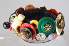 DIY: 20 Accessories With Old Buttons - buttons sewn on wide elastic