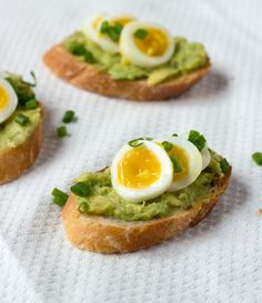 Here's a variation on theAvocado & Quail Egg Tea Sandwich, but this time, made with a baguette and topped with sliced quail eggs.