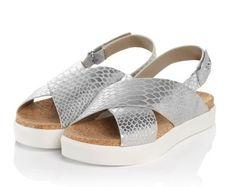 Sneaker meets Sandale: Das ist der neue Shoe-tingstar! Breite Riemen in Metallic-Snake-Optik, mit Klettverschluss und kleiner Label-Applikation an der Ferse. #Sandalen #Schuhe #silver #Impressionenversand