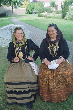 Traje de Meia-Senhora , Portugal Folk Costume, Costumes, Sea Activities, Portuguese Culture, Church Ceremony, Traditional Outfits, Dress Up, Minho, History