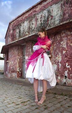 Robe boule bustier en soie blanche et broderie. Etole de tulle rose fushia ea2fe44a22f