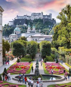 🇦🇹 The world-famous Mirabell Gardens were built along a north-south axis and oriented towards the Hohensalzburg Fortress and the Salzburger Dom cathedral.Salzburg, Austria 📸Photo by Zell Am See, Hallstatt, Garden Hedges, Salzburg Austria, Austria Travel, Italy Travel, Dolores Park, Travel Photography, Beautiful Places