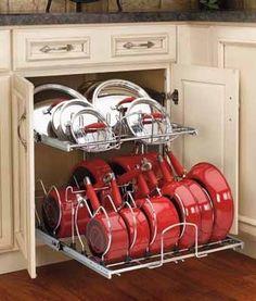 удобное хранение кухонной посуды на выдвижной металлической полке