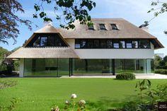 Villa zum Verkauf in Knokke-Heist Village House Design, Bungalow House Design, Design Your Dream House, Facade Design, Exterior Design, Villas, Different House Styles, Thatched Roof, Amazing Buildings