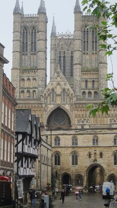 Lincoln Cathedral from Market Square, Lincoln, England Lincoln Cathedral, Cathedral Church, Beautiful Buildings, Beautiful Places, Church Architecture, Chapelle, Place Of Worship, London England, Places To See