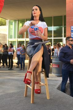 Katy Perry – Wears T-Shirt That Reads Nasty Woman at Hillary Clinton Rally in Las Vegas Katy Perry Legs, Katy Perry Hot, Disfraz Katy Perry, Katy Perry Pictures, Pop Singers, White Girls, American Singers, Sexy Legs, Pretty Woman