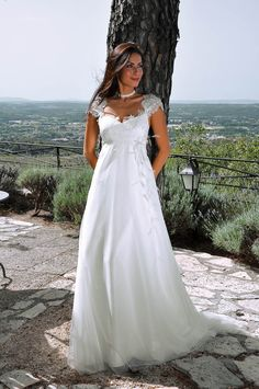Fluide, chic, épurée, robe de mariée en dentelle de Calais et tulle souple…