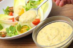 Megtaláltad a tökéletes Caesar salátaöntet receptet! Mert néha az eredeti a… Hungarian Recipes, Summer Salads, Salad Recipes, Food To Make, Vegetarian Recipes, Bacon, Clean Eating, Food And Drink, Dishes