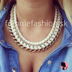 http://femmefashion.sk/nahrdelniky/948-nahrdenik-snowfall.html Snowfall golierový náhrdelník v bielej farbe v kombinácii so zlatou, zdobený štrasovými kamienkami.